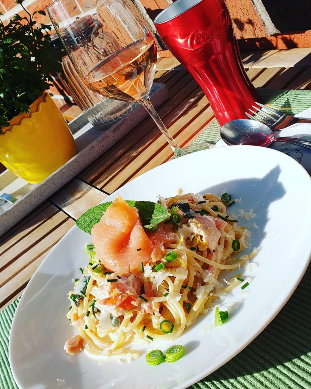Spaghetti mit Räucherlachs und Zitronen-Crème fraîche